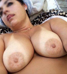 Femme infidèle aux gros seins aime les blacks ou les rebeus